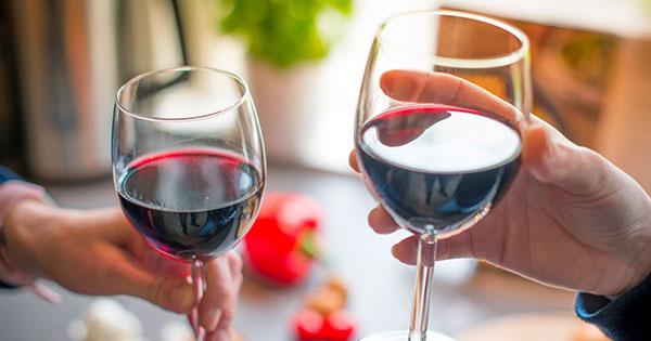 vino rosso mani bicchieri